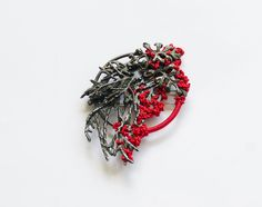 Mari Ishikawa Brooch: Rebirth 3 - Red, 2016 Silver 925 oxidized, silk © By the author. Read Klimt02.net Copyright.