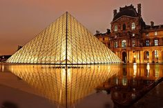 Die Pyramide des Pariser Musée du Louvre: bei einer Städtereise nach Paris lohnt es sich, hier einmal bei Nacht vorbeizukommen. Danach warten die Hotelbars dieser luxuriösen 4* Hotels in Paris mit einem Drink auf alle Nachtschwärmer: #ilovetravel #paris #louvre #städtereise #travelcircus