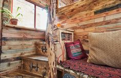 Horse Box Truck Turned into Beautiful House Truck Named Helga – Tiny House Lover Tiny House Living, Small Living, Truck Bed Box, Horse Box Conversion, Camper Conversion, Luxury Mobile Homes, Truck Names, Pink Truck, Spiegel Online