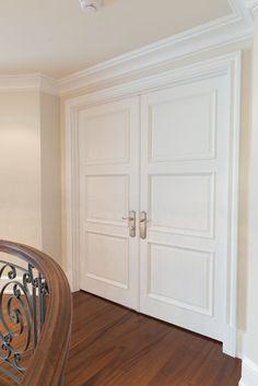 Porte 133D double avec verrou encastré, panneau #2 surmouluré. À peindre. Poignée MR105GWP