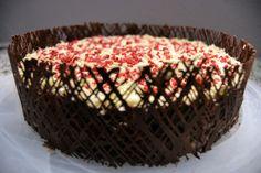 Chokoladelagkage med chokoladegitter.