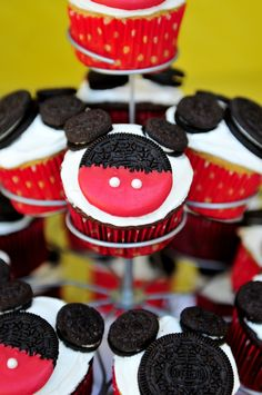 So easy and kid friendly! Gotta make these Mickey cupcakes with Dawson this week and let him help, how cute! And he loves Oreos! Disney Cupcakes, Mickey Mouse Cupcakes, Oreo Cupcakes, Mouse Cake, Minnie Mouse, Mickey Cakes, Mickey Mouse Clubhouse Birthday, Mickey Party, Mickey Mouse Birthday