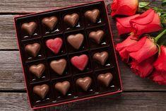Presentear e consumir chocolates orgânico e vegano é uma forma de declarar seu amor, também, a uma vida sustentável e feliz. Afinal, de uma forma ou de outra, cada um desses tipos é mais saudável e responsável do que as barras e bombons comuns. Entenda a seguir quais as diferenças entre eles e acerte na escolha para o Dia dos Namorados! Chocolates orgânico e vegano são diferentes. #alimentação #bombons #chocolate #chocolateorgânico #chocolatevegano #diadasmaes #diadosnamorados #do Chocolates, Stevia, Chocolate Box, Red Roses, Ethnic Recipes, Hot, Architecture, Image, Products