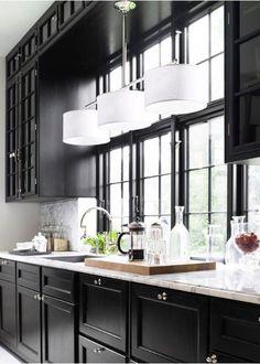Alliage des meubles vitrine avec fenêtre et luminaire central au dessus du pôle lavage