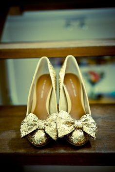 Glittery gold shoes with bows - so cute! #wedding #gold #goldwedding #shoes #glitter