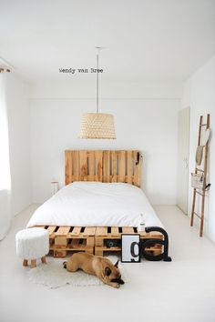 transcendence designs of home furniture then these DIY pallet bed frame ideas with headboard will really provide the creative width to your vision and thinking. Pallet Bedframe, Wooden Pallet Beds, Diy Pallet Bed, Pallet Furniture, Bedroom Furniture, Home Furniture, Furniture Design, Pallet Ideas, Pallet Headboards