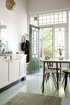 Green + Simple: The Nature of Things. Really airy kitchen
