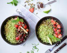 Salaten er dejlig let at spise i sig selv, men kan også med fordel matches med sommerens grillmad. Få opskriften på den lækre sommersalat her!