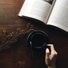 10 Popular Books That Will Inspire Simple Living and Minimalism Read about some of my favorite books that will inspire simple living and minimalism. What is on your TBR list? Photo Café, Photo Book, Good Books, My Books, Best Fiction Books, Free Indeed, Netflix, Chefs, Metal Containers