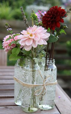Country Outdoor Wedding - small bottles tied together with twine make a bigger bouquet, easy flower arrangement Floral Wedding, Rustic Wedding, Wedding Flowers, Horror Decor, Flower Arrangements Simple, Simple Garden Designs, Wedding Table Decorations, Deco Table, Spring Flowers