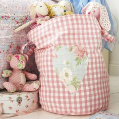 Keep kids' toys stashed away in trendy toy storage bags. Find more easy craft projects over on prima.co.uk