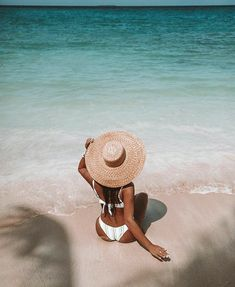 Nothing But Sunshine and Good Vibes In This Latest Ete Collection Source by Beach vacation outfits Beach Photography Poses, Summer Photography, Levitation Photography, Exposure Photography, Abstract Photography, Beach Aesthetic, Summer Aesthetic, Cute Beach Pictures, Tumblr Beach Pictures