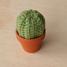 Tiny #crochet barrel cactus free pattern from La Casa de Crafts who also has a free crochet saguaro cactus pattern