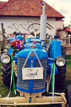 Folklorní vesnické focení musí být dotažené do detailů. V našem případě například svatební auto nahradil traktor.