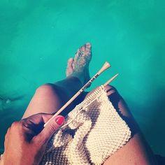 Relaxing at the Pool.   Moi aussi je tricote en été!  On se prépare pour l'automne et l'hiver!