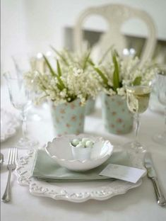 🌟Tante S!fr@ loves this📌🌟Wow your guests with an extravagant table centrepiece or a springtastic place setting — it will create the perfect festive ambiance for your Easter get-together. You'll love these Easter table decorating ideas. Easter Table Settings, Easter Table Decorations, Decoration Table, Easter Decor, Easter Ideas, Easter Centerpiece, Centerpieces, Beautiful Table Settings, Deco Floral