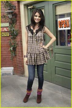 Selena Gomez Wizards of Waverly Place: Alex Russo Outfits Alex Russo, Selena Gomez Outfits, Selena Gomez Style, Tv Show Outfits, Band Outfits, Selena And Taylor, Disney Inspired Fashion, Disney Fashion, 2000s Fashion