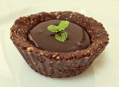 torta de chocolate funcional feita de avelã, cacau, mel e óleo de coco. Sem glúten, sem lactose.