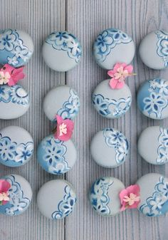 Blue macarons and pink flowers Small Desserts, Cute Desserts, Delicious Desserts, Macaron Cookies, Royal Icing Cookies, Cupcakes, Cakepops, Macaroon Recipes, French Macaroons