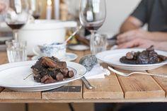 MANZO — ED!BLE Kalbsbacken schmoren. Nose to tail. Dazu Winter Wurzel Gemüse und Salbei Kartoffeln. Und ein gutes Glas Rotwein. Guten Appetit! Winter, Browning, Baking, Salvia, Red Wine, Nth Root, Potato, Essen