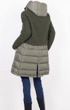 HERNO ヘルノ グリーン ニット×ダウン 切り替え フード付き ロングダウン コート タイトめなバストラインから、裾に向かってやや広がるラインは、着膨れせず、ほっそり感を演出します。この冬を魅力的な雰囲気に演出するグリーン。穏やかな色調の上質素材ならではの大人の艶感と上品な女性らしさはしっかりと確保しています。裾にスリットとドローストリングが施されているためコ―ディネートや気分によってシルエットを変えられます。 上質グースダウンが全体に インサイドにはブランドネーム、Made in Italyネーム、また撥水性や暖かさ・軽さなどその優れた品質をあらわすPOLAR-TECHのラベルを内側に貼り付けています。上質グースダウンが、全体に入れられており、真冬の寒さを快適にしてくれます。