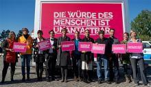 Sofort handeln | Amnesty International Deutschland Für ein Europa der Menschenrechte! Anlässlich des Nationalen Flüchtlingstages startet Amnesty International zusammen mit anderen NGOs, Gewerkschaften, Flüchtlingsinitiativen und Künstlern einen Aufruf zu Humanität und Solidarität. Unterzeichnen auch Sie unser Bekenntnis zu einem Europa der Menschenrechte! Jetzt mitmachen!