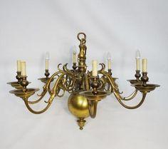 Un lustre hollandais en bronze à 8 bras de lumières. Fin XVIIè