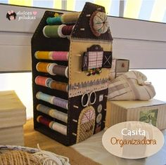 Cute thread and sewing accessories holder! Sewing Hacks, Sewing Crafts, Sewing Projects, Craft Shed, Coin Couture, Diy Rangement, Sewing Box, Sewing Rooms, Sewing Accessories