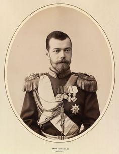 Czarevich Nicholas, depois, Nicolau II. Ele está olhando um pouco para a direita e está vestindo uniforme militar com dragonas e insígnias. Cerca de 1891.