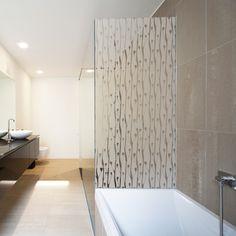 Voici un adhésif pour paroi de douche à l'esprit nature design. Idéal pour décorer la cabine de douche de votre salle de bain.