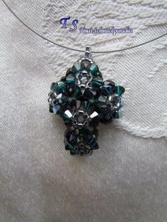 """""""Kreuz"""" Anhänger in emerald grün aus Swarovski Steinen mit Rocailles, als Untergrund wurden Glasschliffperlen verarbeitet"""