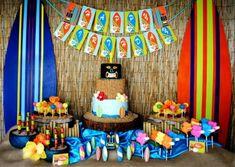 fiesta hawaiana con surf mascaras y flores Fiesta hawaiana para estar en la cresta de la ola