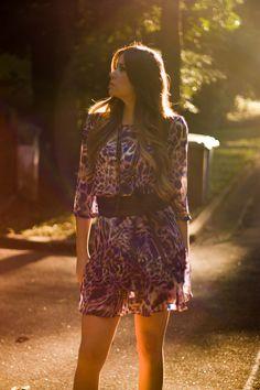 Terça é dia de que? Look, aeeee!  Peças da MariAbe Boutique - Bom gosto em vestir.  http://produzir.me/2014/05/vestido-azul-e-roxo-autumn-sun #dress #vestido #estampa #animalprint #blue #purple #peeptoe #blueheels #heels #sapatosazuis #azul #roxo #belt #brownbelt #cinto #cintocafe