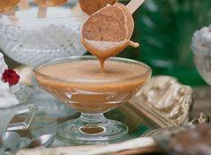 Calda de caramelo toffee (Foto: Tati Abreu / Editora Globo) Toffee, Candy Store, Sweet Recipes, Brunch, Cooking, Tableware, Ethnic Recipes, Chutney, Sauces