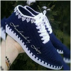 Crochet Slippers Using Flip Flop Soles - Free Patterns Crochet Shoes Pattern, Shoe Pattern, Crochet Slippers, Crochet Baby, Knit Crochet, Narrow Shoes, Crochet Sandals, Kinds Of Shoes, Designer Boots