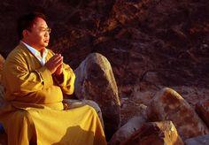 Sogyal Rinpoché (1947-20--) -  « Apprendre à méditer est le plus grand don que vous puissiez vous accorder dans cette vie. En effet, seule la méditation vous permettra de partir à la découverte de votre vraie nature et de trouver ainsi la stabilité et l'assurance nécessaires pour vivre bien. La méditation est la route qui mène vers l'éveil. »