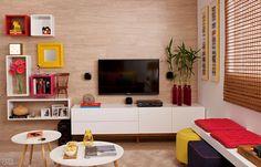 A sala de TV ganha vida com as cores, os módulos da parede de fundo e a substituição do sofá pelo banco com futons e puffs, trouxe um conforto cheio de estilo ♥