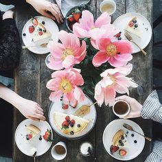 Enjoy your sunday! #funday #sunday #flowers #pie #table #personalstylist #anapaulalimastylist #strawberry