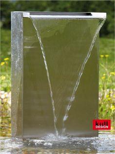 Gartenbrunnen: Wasserfall im Garten.