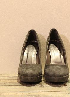 Compra il mio articolo su #vinted http://www.vinted.it/calzature-da-donna/scarpe-con-il-tacco-e-decollete/37930-decollete-scamosciate-grigie-37-osvaldo-rossi