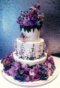 Gorgeous cake. If you like violet...this is the wedding cake for you! Beautiful, intricate detail. ᘡղᘠ