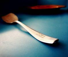 """Am #MuseumMonday geht es heute um die kleinen Geschichten hinter den Objekten. Hier ein Suppenlöffel etwas abgenutzt mit der Gravur """"Gestohlen bei George"""". Die besondere Geschichte des Löffels beginnt um 1940. Wim Stevens niederländischer Zwangsarbeiter nahm diesen Löffel als Andenken aus dem Restaurant """"George"""" mit. Hier ging er häufig hin wenn das Essen im Lager nicht ausreichte. Im """"George"""" bekam man Essen ohne Marken. Zwar war es kaum genießbar aber immerhin es half etwas.  Wim Stevens…"""