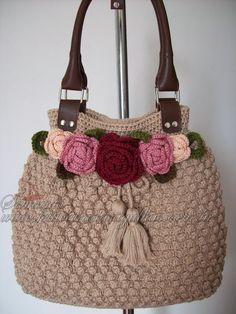 Esta bolsa eu já havia feito com um laço, mas a pedido da cliente fiz com flores. Pois não é que gostei mais? Esta vai ser produto fixo no m...