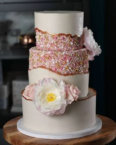 find singles trend/peonies-sprinkles-gold-what-more-could-you-possibly-ask-for-its-going-t/ people marcellouno Pretty Cakes, Beautiful Cakes, Amazing Cakes, Cupcakes Design, Cake Designs, Unique Cakes, Creative Cakes, Fondant Cakes, Cupcake Cakes