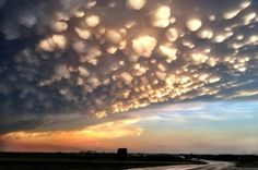 20 Spectacular and Bizarre Weather Phenomena that really exist - Mammatus clouds are cloud pouches that form and hang underneath the base of a cloud. When air and clouds holding different levels of moisture mix, the heavier one sinks below the lighter. Cool Pictures, Cool Photos, Beautiful Pictures, Picture Cloud, Mammatus Clouds, Weather Predictions, Les Cascades, Mother Nature, Planets