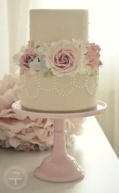 Love the pearls draped around the cake. Sophisticated.