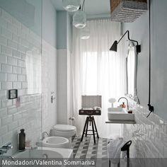 Enge Räume lassen sich mit Kreativität und der richtigen Farbauswahl optimal gestalten: Die hellen Wände und die weiße Badeinrichtung reflektieren das Licht…