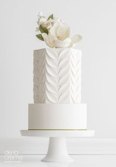 Simple and Chic Wedding Cake by De la Creme Creative Studio #modernweddingcakes