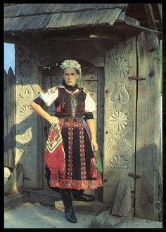 Kalotaszegi lány kapuban | Képeslapok | Hungaricana Folk Clothing, Family Roots, Folk Dance, Lany, Harajuku, Ethnic, Culture, Traditional, Costumes