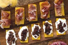 I crostini rustici di polenta sono uno sfizioso antipasto, molto semplice da preparare con gli avanzi della polenta.